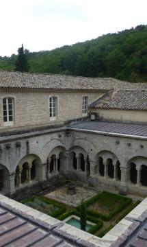 Abbaye de Sénanque – Cloître – En partenariat avec Didier Repellin, ACMH